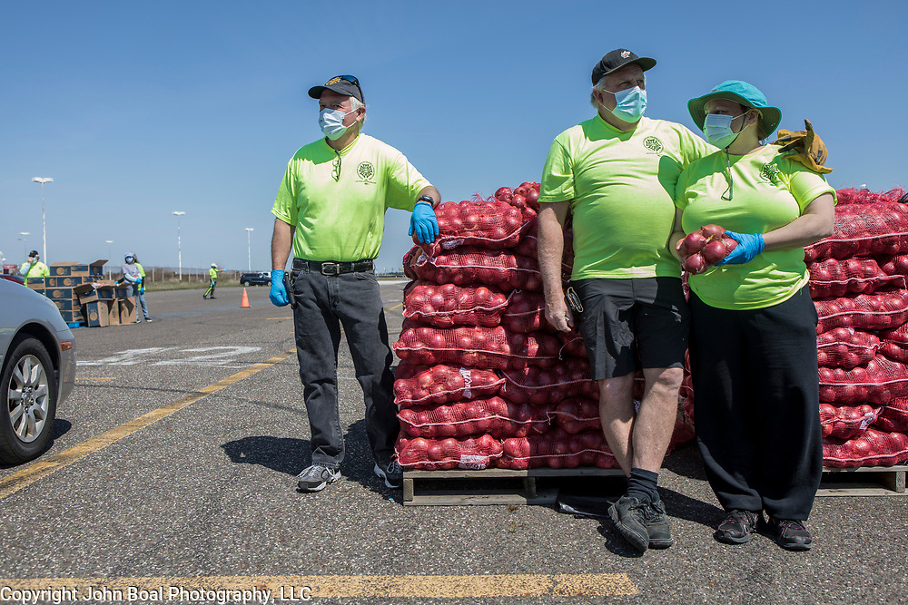 From left, Barry Flemming, Tom Slepitis and Sarah Frank volunteered at The Community Food Bank of New Jersey emergency food distribution for unemployed casino workers in Atlantic City, New Jersey on Thursday, May 14, 2020. Many of the casinos in Atlantic City voluntarily shut down in early March, leading to a surge in unemployment and food insecurity.  The emergency food distribution was paid for by the Casino Reinvestment Development Authority (CRDA), who approved an additional $300,000 in funding support for in response to the ongoing COVID-19 pandemic. John Boal/for Der Spiegel