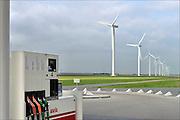 Nederland, Zeewolde, 23-10-2014 Nieuwe, moderne, windmolens van Vattenfall in het windpark Prinses Alexia. De nieuwe windturbines zijn gebouwd door Nuon in de Zuidlob. Vlakbij staat een pompstation, benzinepomp, van Avia, tegenstelling scone duurzame en vervuilende fossiele energie. Boeren, boerenland Foto: Flip Franssen/Hollandse Hoogte