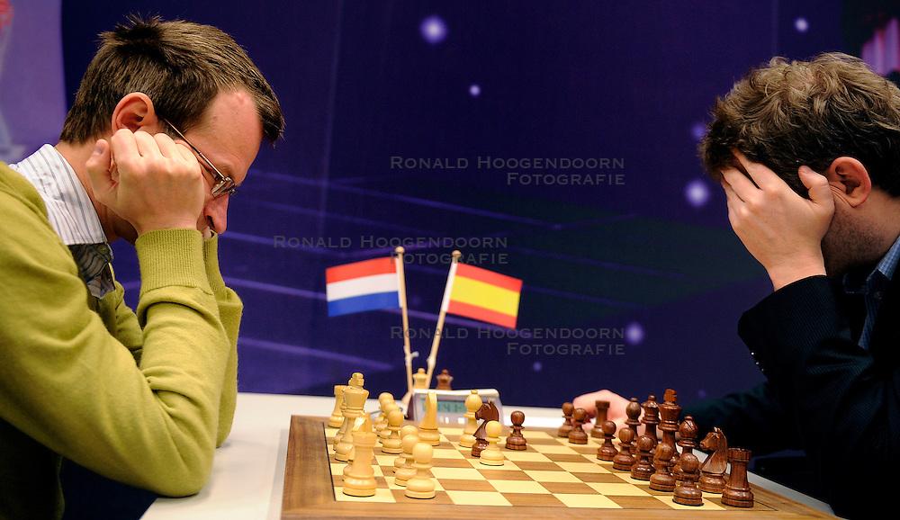 18-01-2010 SCHAKEN: CORUS: WIJK AAN ZEE<br /> Derde ronde van het Corus Schaaktoernooi 2010 / De koploper, de Spanjaard Alexei Shirov (R), speelt maandag tijdens de derde ronde van het Corus Schaaktoernooi 2010 tegen de Nederlander Sergey Tiviakov (L). <br /> ©2010-WWW.FOTOHOOGENDOORN.NL