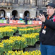 NLD/Amsterdam/20190119 - Nationale Tulpendag 2019, doop tulp Quinty Trustfull, Toerist filmt de tulpen