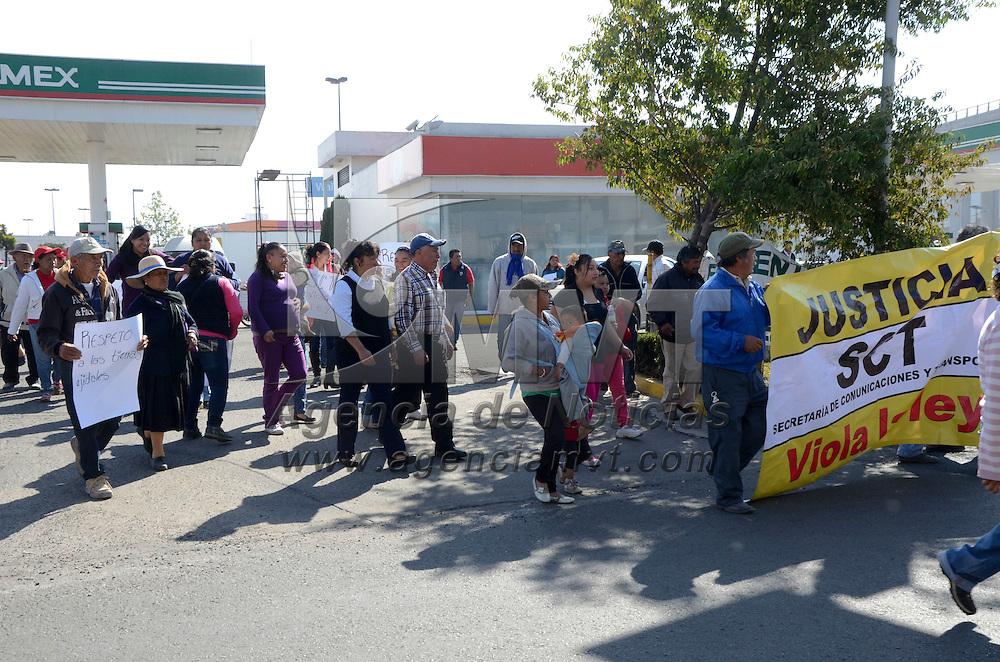 Toluca, México (Abril 26, 2016).- Ejidatarios de San Mateo Otzacatipan se manifestaron en contra del desacato en el que incurrió la SCT con las obras de corrección al distribuidor vial José López Portillo-Boulevard Aeropuerto, en donde se invaden y afectan sus tierras.  Agencia MVT / José Hernández.