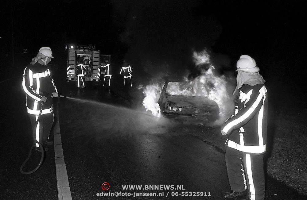NLD/Naarden/19921108 - Autobrand op de oprit van de A1 bij Naarden
