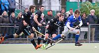 UTRECHT- Hockey - Constantijn Jonker (r) van Kampong passeert de HGC spelers Goof van der Kamp (l)  , Phil Burrows  en Willem Rath tijdens de hoofdklasse competitiewedstrijd tussen de mannen van Kampong en HGC (2-1). COPYRIGHT KOEN SUYK
