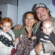 NLD/Amsterdam/20120718 - Boekpresentatie Regina Romeijn 'Vet man, zo'n baby!', Casper Burgi met partner Barbara en kinderen