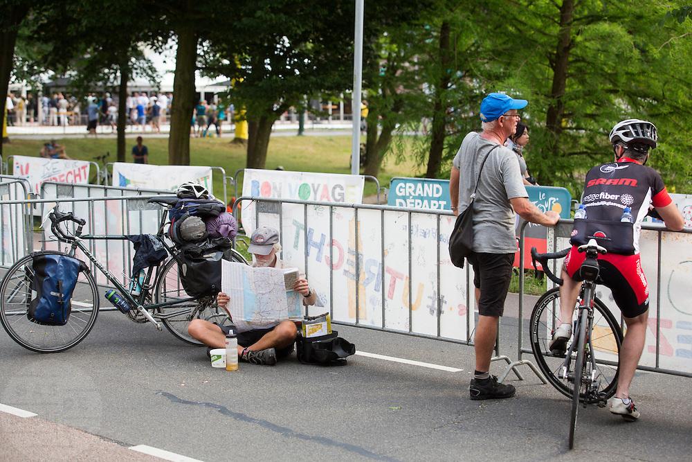 Wielerliefhebbers staan ruim van te voren te wachten tot de renners voorbij komen. In Utrecht vindt met de presentatie van de renners het eerste officiële deel plaats van de Grand Depart. Op 4 juli start de Tour de France in Utrecht met een tijdrit. De dag daarna vertrekken de wielrenners vanuit de Domstad richting Zeeland. Het is voor het eerst dat de Tour in Utrecht start.<br /> <br /> In Utrecht the riders present themselves as the first official moment of the Grand Depart . On July 4 the Tour de France starts in Utrecht with a time trial. The next day the riders depart from the cathedral city direction Zealand. It is the first time that the Tour starts in Utrecht.