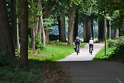 Nederland, Overasselt, 5-9-2018Fietsers op een fietspad in het buitengebied tussen Nijmegen en St Walrick .Foto: Flip Franssen