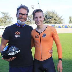 Loe van Belle pakt in Fiorenzurola de Europese scratch titel bij de junioren hier met coach Fulco van Gulik