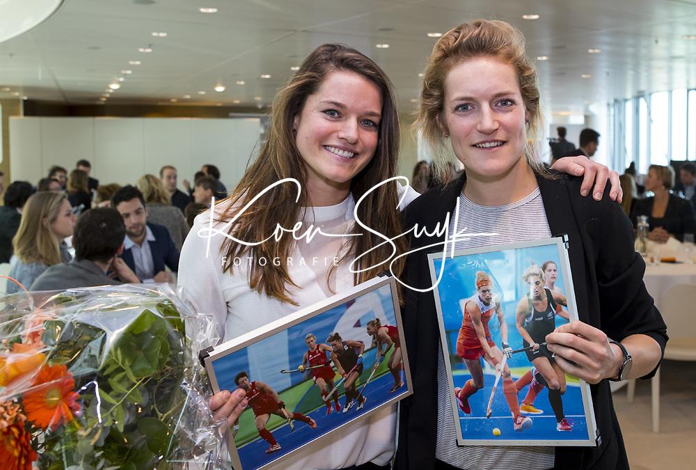UTRECHT - KNHB Spelerslunch   bij de Rabobank.   Nederlands team dames en heren met sponsoren.  Lidewij Welten (m) met Carlien Dirkse vd Heuvel. 150 interlands.    COPYRIGHT KOEN SUYK