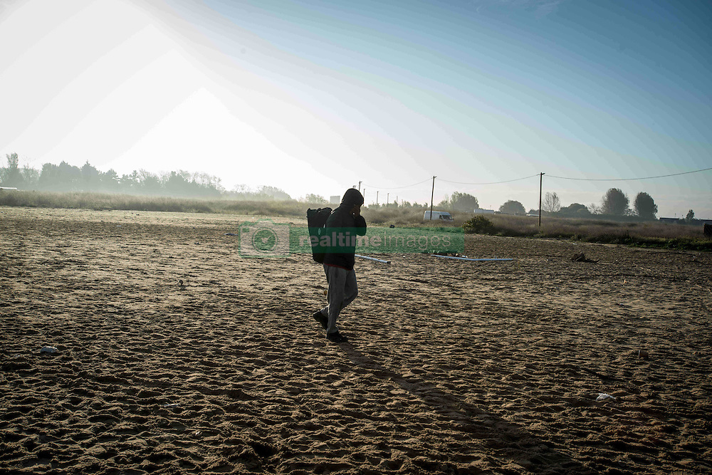 October 27, 2016 - Calais, France - Migrants going in and out of the Jungle . It is a total confusion. Calais 27 /10/2016  (Credit Image: © Guillaume Pinon/NurPhoto via ZUMA Press)