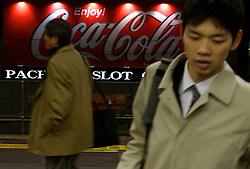 Pedestres caminham pelas ruas do distrito de Shinjuku, Japão. FOTO: Jefferson Bernardes/Preview.com