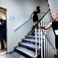 Nederland, Amsterdam , 20 april 2013..Ramada Apollo Amsterdam Centre organiseert in samenwerking met Urbanics Amsterdam op 20 april aanstaande voor de eerste keer de RACE TO THE TOP. 17 verdiepingen, max. 60 deelnemers en maar één doel: zo snel mogelijk boven komen...Op 20 april worden de deelnemers en masse mentaal en fysiek door Urbanics voorbereid op de strijd die ze gaan leveren. Vervolgens luidt om 11.00 uur het startschot om de 2.020 treden te overwinnen. De race start op parkeerplaats van Ramada Apollo Amsterdam Centre waarna de deelnemers een parcours door het hotel met maar liefst 18 verdiepingen omhoog afleggen, de gangen passeren van de 18e verdieping en weer naar beneden door het tweede trappenhuis gaan. Dit parcours wordt in totaal drie keer afgelegd, eindigend op Floor 17...Floor 17 verwelkomt de trappenlopers en zorgt dat er een welverdiend verfrissend drankje en gezonde snacks klaar staan. De snelste man en vrouw winnen beiden een ontspannende hotelovernachting inclusief ontbijt voor 2! Dit keer zullen ze echter gewoon de lift mogen nemen?.Foto:Jean-Pierre Jans