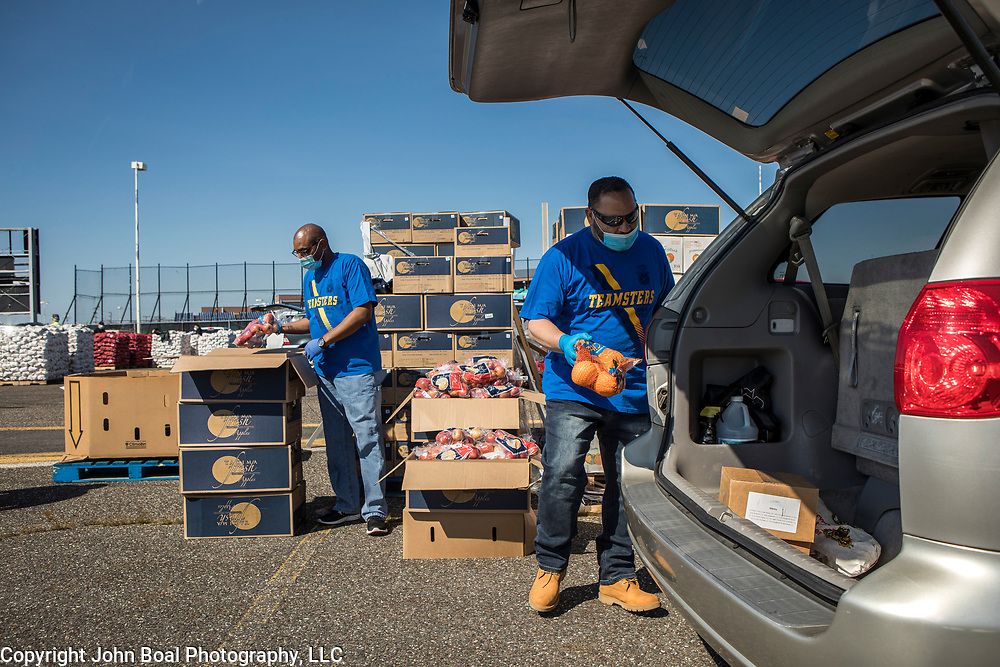 Abi Ortiz, loads the trunk of an unemployed casino worker at an emergency food distribution for unemployed casino workers in Atlantic City, New Jersey on Thursday, May 14, 2020. The Community Food Bank of New Jersey organized the event after many of the casinos in Atlantic City voluntarily shut down in early March, leading to a surge in unemployment and food insecurity.  The emergency food distribution was paid for by the Casino Reinvestment Development Authority (CRDA), who approved an additional $300,000 in funding support for in response to the ongoing COVID-19 pandemic. John Boal/for Der Spiegel