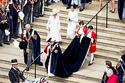 """Koning Willem Alexander wordt door Hare Majesteit Koningin Elizabeth II geïnstalleerd in de 'Most Noble Order of the Garter'. Tijdens een jaarlijkse ceremonie in St. Georgekapel, Windsor Castle, wordt hij geïnstalleerd als 'Supernumerary Knight of the Garter'.<br /> <br /> King Willem Alexander is installed by Her Majesty Queen Elizabeth II in the """"Most Noble Order of the Garter"""". During an annual ceremony in St. George's Chapel, Windsor Castle, he is installed as """"Supernumerary Knight of the Garter"""".<br /> <br /> Op de foto / On the photo:  Koningin Elizabeth met Prins Charles van Wales / Queen Elizabeth with Prince Charles of Wales"""