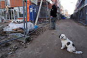 Een hondje wacht geduldig op het baasje die de vorderingen van de bouw aan het Ledig Erf volgt.<br />