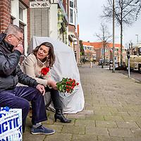 Nederland, Haarlem, 11 maart 2017.<br /> Marith Volp, 14e plaats op kandidatenlijst PvdA flyert met mede PvdA-ers in de slachthuisbuurt in Haarlem.<br /> Op de achtergrond de campagnebus van Marith.<br /> <br /> Foto: Jean-Pierre Jans