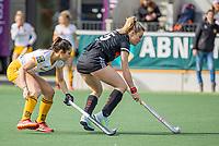 AMSTELVEEN -  Freeke Moes (Adam)  met Pleun van der Plas (DenBosch) tijdens  de hoofdklasse hockey competitiewedstrijd dames, Amsterdam-Den Bosch (0-1)  COPYRIGHT KOEN SUYK