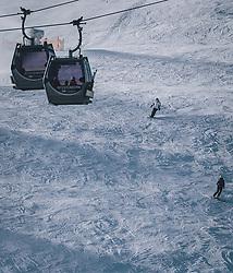 THEMENBILD - Skifahrer fahren auf der Skipiste unter der MK Maiskogelseilbahn, aufgenommen am 27. Dezember 2020 in Kaprun, Oesterreich // Skiers ski on the slope under the MK Maiskogel cable car, in Kaprun, Austria on 2020/12/27. EXPA Pictures © 2020, PhotoCredit: EXPA/Stefanie Oberhauser