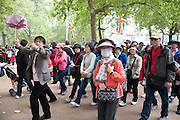 TOURISTS, The Royal Wedding of Prince William and  Catherine Middleton. Scenes around Buckingham Palace and the Mall.   London. 29 April 2011. , -DO NOT ARCHIVE-© Copyright Photograph by Dafydd Jones. 248 Clapham Rd. London SW9 0PZ. Tel 0207 820 0771. www.dafjones.com.