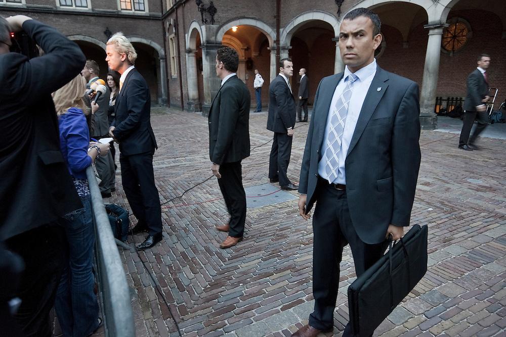 """Nederland. Den Haag, 5  oktober 2010.<br /> Wilders op Binnenhof na overleg met de informateur over het resultaat van de cda fractievergadering.De CDA fractie vergadert over de uitslag van het formatiecongres, afgelopen weekend. kabinetsformatie, gedoogakkoord, coalitievorming, politiek.De fractie zal uiteindelijk unaniem akkoord gaan met regeer-en gedoogakkoord, ook de """" dissidenten """" Ferrier en Koppejan. Beveiliging, persoonsbeveiliging, body guards, bodyguards, dkdb, dienst koninklijke en diplomatieke beveiliging, binnenhof<br /> foto © Martijn Beekman"""