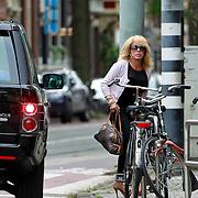 NLD/Amsterdam/20110722 - Patricia Paay word door haar partner afgezet bij de kapper