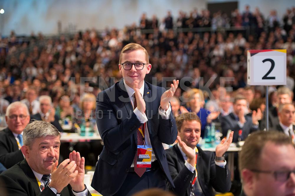 DEU, Deutschland, Germany, Hamburg, 07.12.2018: Philipp Amthor (MdB, CDU) applaudiert nach der Rede von Jens Spahn beim Bundesparteitag der CDU in der Messe Hamburg.