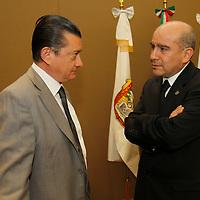Toluca, Mex.- Abel Aguilar Castillo y Francisco Javier López Corral durante sesión extraordinaria del Consejo General del Instituto Electoral del Estado de México  se aprobó el Convenio de Apoyo y Colaboración que se suscribirá con el Instituto Federal Electoral para la celebración de la llamada elección coincidente, esto a tan solo 48 horas de iniciar formalmente el Proceso Electoral 2012. Agencia MVT / Crisanta Espinosa. (DIGITAL)<br /> <br /> NO ARCHIVAR - NO ARCHIVE