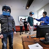 Nederland, Amsterdam , 23 januari 2015.<br /> Je zet een bril op en plots leid je het Concertgebouworkest of spring je uit een ballon. Nieuwe techniek van het Amsterdamse bedrijf We make VR maakt virtual reality net echt, ook voor serieuze doeleinden.<br /> Avinash Changa is oprichter en eigenaar van WeMakeVR, een Amsterdams bedrijf dat de grenzen van virtual reality wil verleggen. Met een virtual-realitybril was het al mogelijk in een 3D-omgeving rond te lopen, maar het grote nadeel is dat de degene die de bril op heeft, zich in een computerspel waant. Het voelt niet echt. Dat gaat nu veranderen.<br /> Op de foto: Avinash laat nieuwsgierigen de beleving  de film A perfect party via VR beleven.<br /> Foto:Jean-Pierre Jans