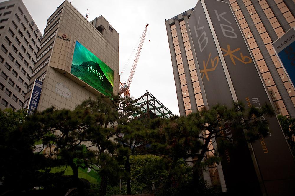 Viertel mit Bank Hochhaeusern im Zentrum der koreanischen Metropole Seoul. <br /> <br /> Quater with bank towers in the center of the Korean metropolis Seoul.