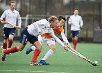BLOEMENDAAL - Hockey.  Tim Cross (Tilburg) met  Yannick van der Drift (Bldaal) . Bloemendaal HI-Tilburg HI, oefenwedstrijd.    COPYRIGHT  KOEN SUYK