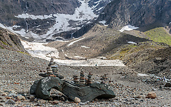 THEMENBILD - Steinmännchen im Hintergrund der Mooserboden Stausee aufgenommen am 15. Juni 2017, Kaprun, Österreich // a Cairn at the Mooserboden Dam on 2017/06/15, Kaprun, Austria. EXPA Pictures © 2017, PhotoCredit: EXPA/ Stefanie Oberhauser