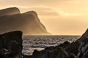 Sunset in the ocean, with sunstrays in the mountains. Captured from Runde to Golleneset, Norway | Solnedgang i havet, med solstråler i fjellene. Bildet er tatt fra Runde mot Golleneset ved Kvalsvik.