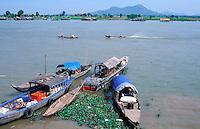Cambodge, Lac Tonle Sap, Village de Kompong Chhnang // Kompong Chhnang village, Tonle Sap lake, Cambodia