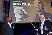Humberto Tan is maandag door mediavakblad Broadcast Magazine uitgeroepen tot Omroepman van het Jaar 2015. De presentator van talkshow RTL Late Night kreeg de prijs in Studio 21 uitgereikt door Jan Slagter van Omroep MAX, de winnaar van vorig jaar. Het was de 25e keer dat de prijs werd uitgereikt. <br /> <br /> Op de foto:  Humberto Tan en Jan Slagter