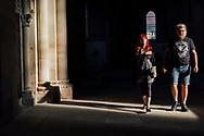 14.10.2018 Magdeburger Dom, Chor.<br /> <br /> Der Magdeburger Dom, die früheste fertig gestellte gotische Kathedrale in Deutschland bestimmt heute noch die Silhouette Magdeburgs. Hier im Chorgang der Kathedrale, Andre aus Wittenberg ist zum ersten mal hier, Nicole ist öfter hier sie schwärmt von den Dimensionen und dem besonderen Licht im Inneren. Reingehen und anschauen kostet nix, fotografieren zwei Euro.<br /> <br /> ©Harald Krieg