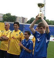 Sjakk<br /> Foto: imago/Digitalsport<br /> NORWAY ONLY<br /> <br /> 17.05.2009  <br /> <br /> Magnus Carlsen (Norwegen, re.) und Kiprian Berbatov (Bulgarien, 2.v.re.) mit einer Trophäe am Rande ihres Fußballmatches gegen die Altherren von PFK Levski Sofia während des Ruhetags der M Tel Masters 2009