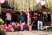 Le clan de la femme prononce la Parole qui situe le clan généalogiquement et pose les liens qui vont se créer avec le clan de l'homme en donnant la femme. Il présente la femme et ses enfants ainsi que le don assemblé par ses clans alliés.  - Mariage Kanak  - Tribu de Méhoué, Canala – Nouvelle Calédonie – Septembre 2013