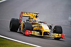 O piloto russo Vitaly Petrov acelera sua Renault durante a primeira volta do Grande Prémio do Brasil de Fórmula 1, em Interlagos, São Paulo. FOTO: Jefferson Bernardes/Preview.com