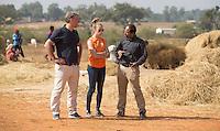 KHUNTI (Jharkhand) -  Trainersopleiding   ONE MILLION HOCKEY LEGS  is een project , geïnitieerd door de Nederlandse- en Indiase overheid, met het doel om trainers en coaches op te leiden en  500.000 kinderen in India te laten hockeyen.  Ex international Floris Jan Bovelander  (l)  is een van de oprichters en het gezicht van OMHL.. in gesprek met projectleider Bo Peijs en rechts Yana Deb.   COPYRIGHT KOEN SUYK