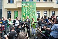 17 AUG 2009, BERLIN/GERMANY:<br /> Cem Oezdemir, B90/Gruene Bundesvorsitzender, Renate Kuenast, B90/Gruene Spitzenkandidatin, Juergen Trittin, B90/Gruene Spitzenkandidat, Claudia Roth, B90/Gruene Bundesvorsitzende, Pressestatement anl. dem Start der Deutschlandtour zur Bundestagswahl 2009, vor der Bundesgeschaeftsstelle<br /> IMAGE: 20098017-02-013<br /> KEYWORDS: Wahlkampf, Auftakt, Cem Özdemir, Renate Künast, Jürgen Trittin, Mikrofon, microphone, Journalisten, Camera, Kamera
