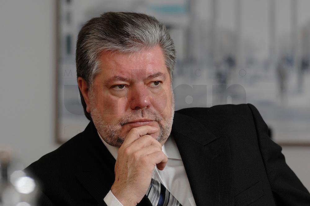08 JAN 2007, BERLIN/GERMANY:<br /> Kurt Beck, SPD Parteivorsitzender und Ministerpraesident Rheinland-Pfalz, waehrend einem Interview, in seinem Buero, Willy-Brandt-Haus<br /> Kurt Beck, Party Leader of the Social Democratic Party, during an interview, in his office, Willy-Brandt-Haus<br /> IMAGE: 20070108-01-014<br /> KEYWORDS: Ministerpräsident, nachdenkllich