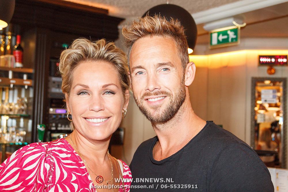 NLD/Volendam/20160831 -  Jan Smit en Kim-Lian van der Meij onthullen cover 100 % NL Magazine, Charlie Luske en partner Tanja Jess