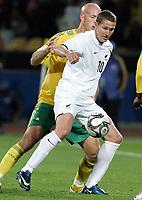 Fotball<br /> Sør Afrika v New Zealand<br /> Foto: Gepa/Digitalsport<br /> NORWAY ONLY<br /> <br /> FIFA Confederations Cup 2009<br /> <br /> Bild zeigt Chris Killen (NZL) und Matthew Booth (RSA)