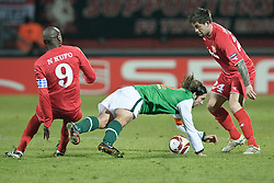 18.02.2010, Stadion De Grolsch Veste, Enschede, NED, UEFA EL, FC Twente Enschede vs Werder Bremen, im Bild Blaise Nkufo ( Twente #09  ) Torsten Frings ( Werder  #22 ) Theo Janssen ( Twente #24   ), EXPA Pictures © 2010 for Austria only, Photographer EXPA / NPH / Kokenge / for Slovenia SPORTIDA PHOTO AGENCY.