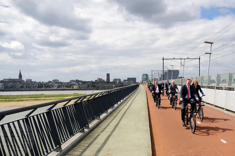 Koning WIllem-Alexander fietst over de Snelbinder, de fietsbrug over de waal en onderdeel van het snelfietspad. In Nijmegen wordt de internationale conferentie Velo City gehouden. Tijdens het meerdaags congres praten beleidsmedewerkers en de fietsindustrie over het gebruik van de fiets in het dagelijks leven. Daarnaast zijn er tal van fietsgerelateerde activiteiten.<br /> <br /> In Nijmegen the bike related congress Velo City 2017 is held. From all over the world people come to talk about the use of the bicycle as a way of transportation.
