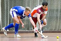 HEILOO - Duel tussen Pouya Gademan (r) van Almere met Jorn Bakermans van Kampong tijdens   competitiewedstrijd zaalhockey tussen de mannen van Kampong en Almere.    COPYRIGHT KOEN SUYK