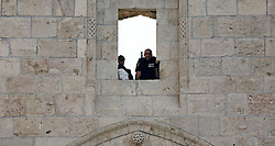 20.10.2015, Jerusalem, ISR, Gewalt zwischen Palästinensern und Israelis, im Bild Ausschreitungen, Demostrationen und Zusammenstösse zwischen Palästinensischen Demonstranten und Israelischen Sicherheitskräfte // Israeli policemen stand guard on a wall on Damascus gate in Jerusalem's old city on October 20, 2015. Israeli police began erecting a wall in east Jerusalem to protect a Jewish neighbourhood subject to firebomb and stone attacks launched from an adjacent Palestinian village, Israel on 2015/10/20. EXPA Pictures © 2015, PhotoCredit: EXPA/ APAimages/ Mahfouz Abu Turk<br /> <br /> *****ATTENTION - for AUT, GER, SUI, ITA, POL, CRO, SRB only*****