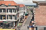 Nederland, Nijmegen,6-7-2020  Zicht op een deel van de zogenaamde benedenstad, de grote straat, en de rivier de waal . Dit deel van de stad ligt tegen de helling van de stuwwal waar Nijmegen deels op is gebouwd. Historisch was dit het economisch centrum van de stad, vooral toen er nog een pont over de waal voer voordat de oude waalbrug er was . Na de oorlog is die benedenstad verpauperd en verwaarloosd en werden steed meer panden gesloopt. Lang hebben grote delen braak gelegen tot eind jaren 70 een nieuw plan voor stadsvernieuwing en renovatie werd uitgevoerd waarbij het oude stratenplan werd gehandhaafd en de meeste nieuwbouw sociale huur werd .Foto: ANP/ Hollandse Hoogte/ Flip Franssen