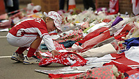 Fotball<br /> Championship 2004/05<br /> Nottingham Forest v West Ham¨<br /> 26. september 2004<br /> Foto: Digitalsport<br /> NORWAY ONLY<br /> A young fan adds to the tributes building up for the late Brian Clough, laying a scarf in his memory