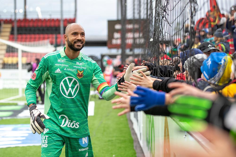 ÖSTERSUND 20210919<br /> Östersunds målvakt Aly Keita   tackar fansen efter segern i söndagens fotbollsmatch i allsvenskan mellan Östersunds FK och IF Elfsborg på Jämtkraft Arena.<br /> Foto: Per Danielsson / TT / kod 11910