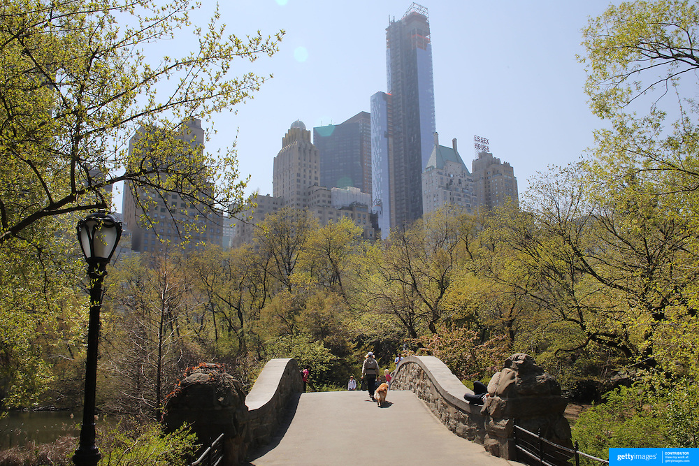 People walking during a warm spring day in Central Park, Manhattan, New York, USA. Photo Tim Clayton